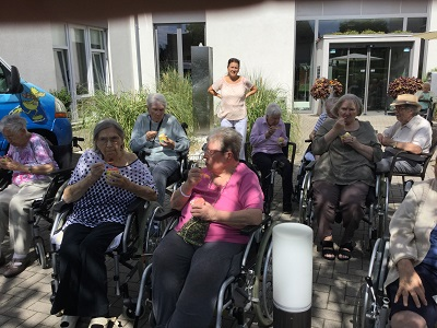 Bewohnerinnen des Seniorenzentrum essen Eis
