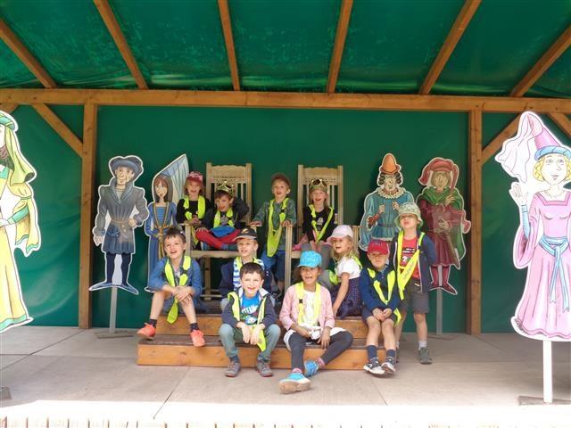 Gruppenbild der Vorschulkinder vor Ritterfiguren