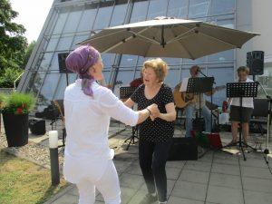 Zwei Frauen tanzen zusammen.