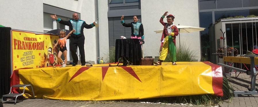 Zirkusfamilie Frankordi auf der Bühne.