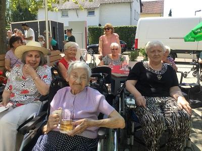 Seniorinnen sitzen zusammen und schauen dem Zirkus zu