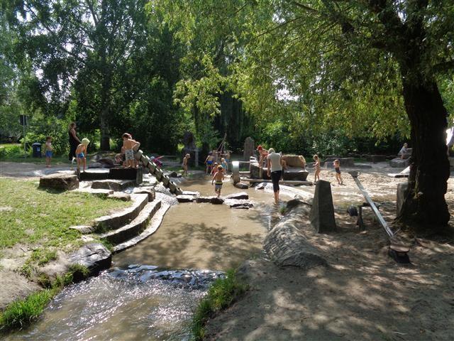 Kitakinder auf dem Wasserspielplatz