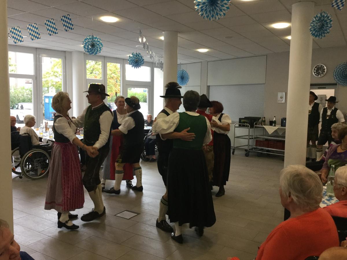 Tänzer in Oktoberfestprachten tanzen im Seniorenzentrum Grünwinkel