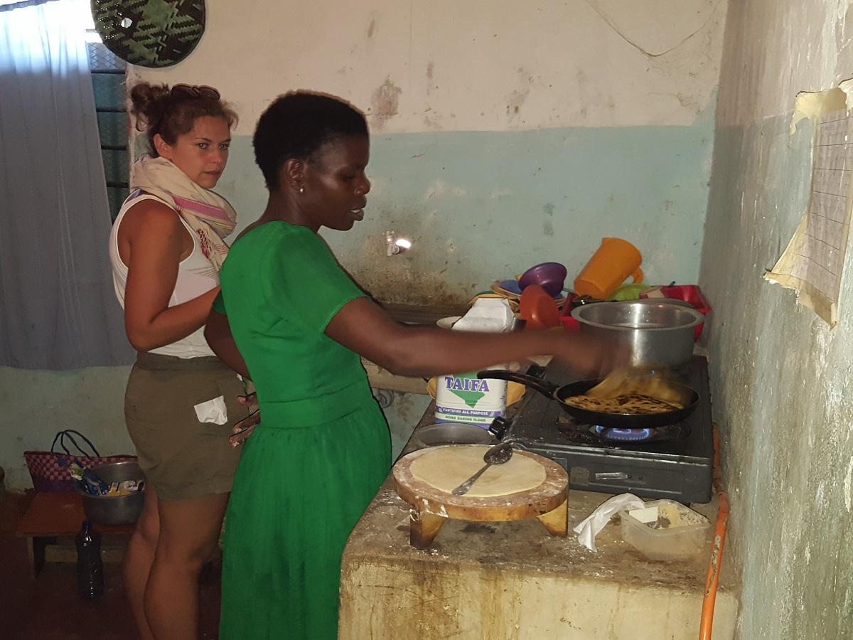Luisa und Evalyne machen Chapati
