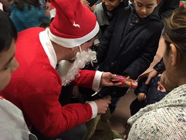 Weihnachtsmann überreicht Geschenke