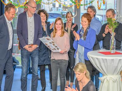 Menschen feiern das 10-jährige Jubiläum der Kita Klinikzwerge.