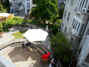 Seniorenzentrum Karl-Siebert-Haus Bewohner hören dem Gartenkonzert zu