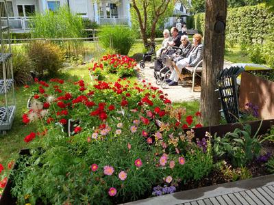 Senioren im Sinnesgarten des Seniorenzentrums