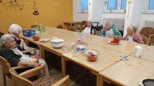 Senioren backen Kuchen