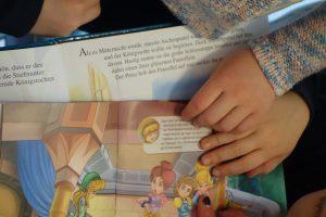 Kinderhände auf einem Lesebuch