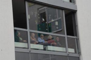 Senior*innen sitzen am Fenster