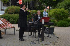 Sängerin und Pianist bei Outdoor Veranstaltung