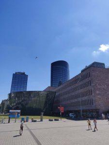 Bild von einem Gebäudekomplex unter blauem Himmel in Dortmund.
