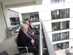 Bewohner des Seniorenzentrums Anna Leimbach Haus auf dem Balkon