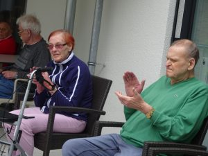 Bewohner im Anna Leimbach Haus klatschen zur Musik
