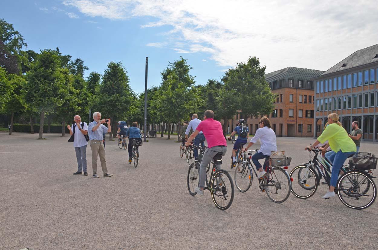 Menschen radeln auf Fahrrädern hintereinander her.