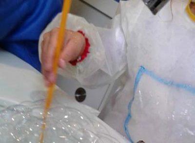 Kinder experimentieren mit Wasser.