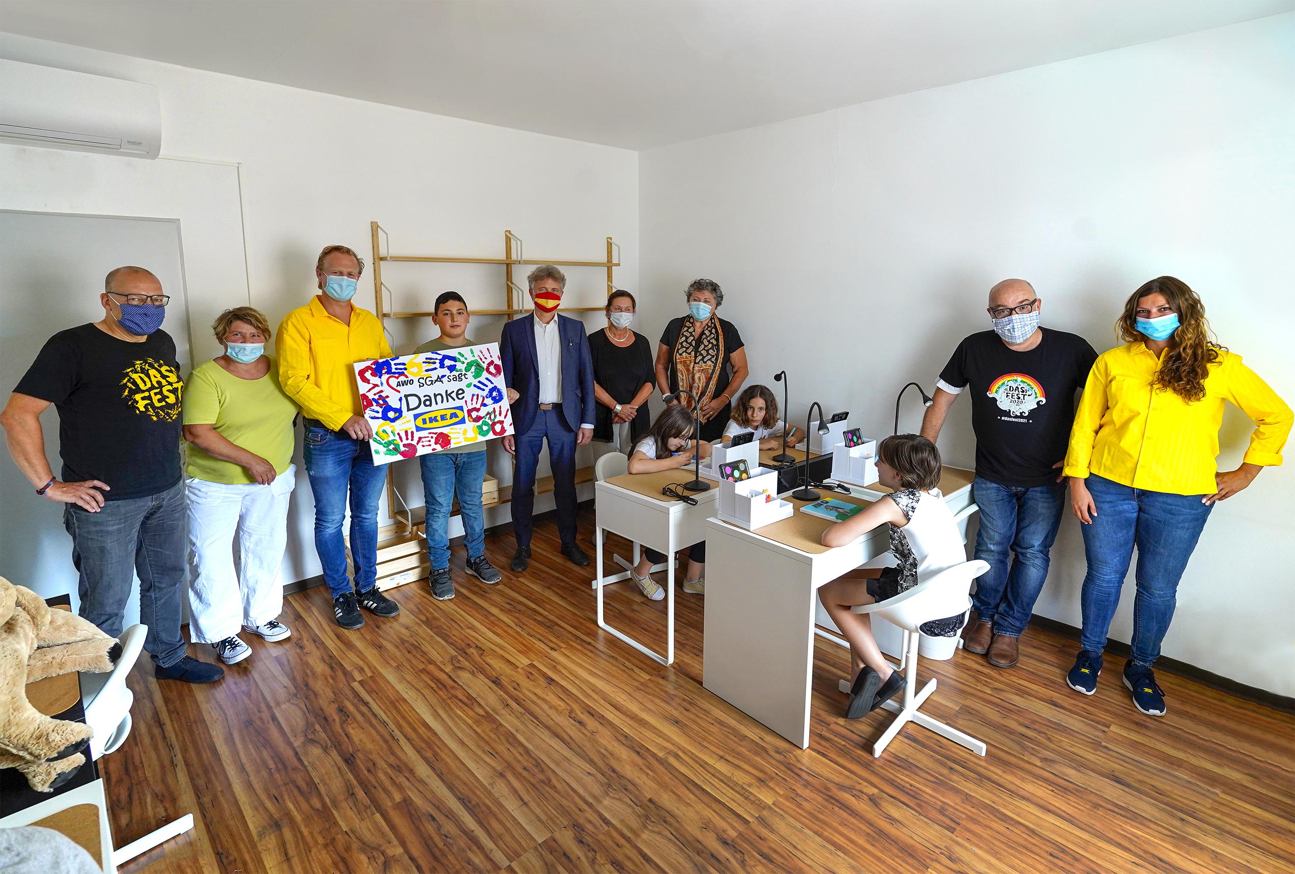 Eine Gruppe von Menschen steht zusammen in einem Raum.