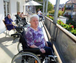 Seniorenzentrum Karl-Siebert-Haus - Gottesdienst im Freien - Bewohnerin auf Balkon