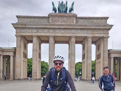 Bild von einem Fahrrad Fahrer vor dem Brandenburger Tor.
