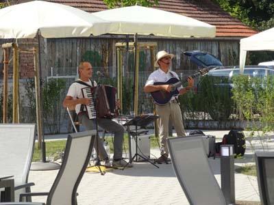 Musiker Duo Delpy im Garten Anna LEimbach Haus