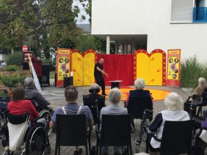 Zirkus Frankordi senioren schauen bei der Vorführung zu