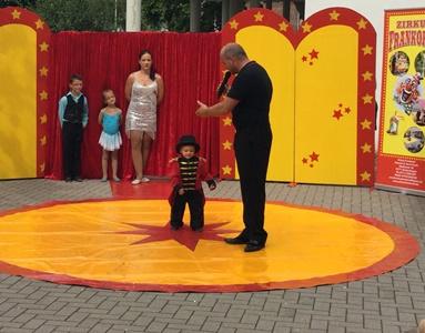 Zirkus Frankordi kleiner Junger und Zirkusdirektor stehen auf dem Managenplane