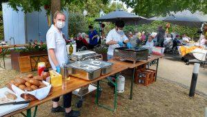 Seniorenzentrum Hanne-Landgra-Haus - SOmmerfest im Garten Mitarbeitenden beim Grillen