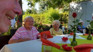 Seniorenzentrum Hanne-Landgra-Haus - SOmmerfest im Garten - 2 Seniorinnen