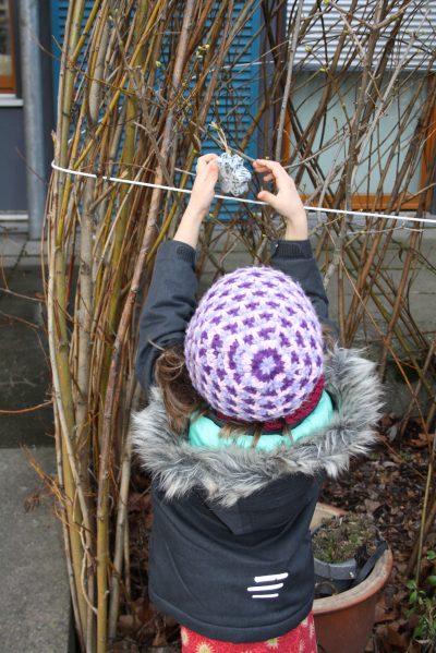 Kinder der Kita les petits amis verteilen Vogelfutter