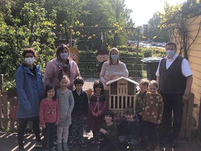 Kinder der Kita les petits amis mit dem Geschäftsführer von Nahkauf