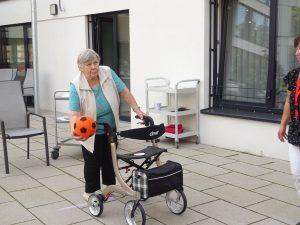 Seniorin wirft Ball